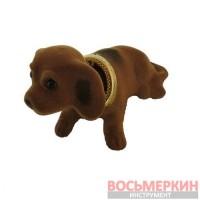 Собака на панель автомобиля светло-коричневая с качающейся головой